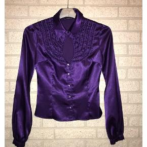 OH MY PURPLE DIAMOND! Satinskjorte i lilla med de flotteste fake diamant knapper. Den flotte krave og halsudskæring er prikken over i'et. Passer størrelse 32-36. Skriv en besked for mere info. 🌸
