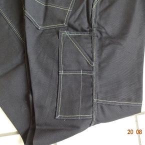 Arbejdsbukser sælges. Bytter ikke Livvidden: 100cm Indvendig benlængde: 80 Sælges for 150 kr + Porto.