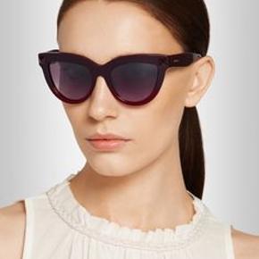 valentino red studded cat-eye sunglasses  Super fede solbriller i mørke rød / sort farve , med nitte i hver sidde .   Æske og etui medfølger.  Kan afhentes og ses i Ørestad eller sendes