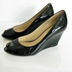 Elegante sorte laksko fra Clarks i str. 37 med 8 cm høj hæl.  Brugt én gang. Fejler intet, har ingen ridser i lakken og er så gode som ny.  Oprindelig købspris: 1.199 kr.  Kan sendes med sporbar post til 45 kr. eller afhentes på Amager nær Amagerbro metro.