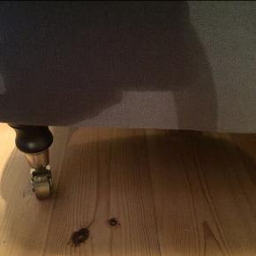 3 pers. sofa Nordisk inspireret i feminint design fra Ilva. Slidstærkt betræk i mørke grå hørligende stof.  Ben i mørkt træ m/metal hjul. Er i god stand. Mål: H: 85 cm, B: 220 cm, D: 95 cm Jeg er villig til at forhandle med prisen.  Køber står selv for afhentning.