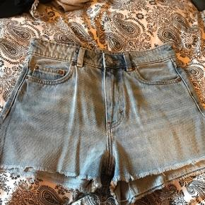 Sælger disse lækre denim shorts. De er aldrig blevet brugt og fremstår derfor som nye. De er i en størrelse 26.  Ny pris var 250 kr, så kom med et bud.  Varen kan sendes, men på købers regning.    Har også disse shorts i farven sort denim.