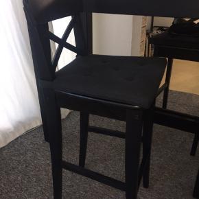 Højt og pænt barbord/spisebord fra IKEA. Der medfølger to tilhørende stole. Afhentes i 5620 Glamsbjerg.