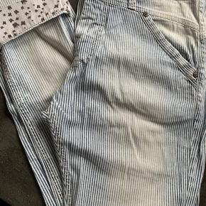 Sommer please jeans med Strib. Ikke brugt meget. Der er smart detalje ved opbræt på bukseben 🙂. Indvendig benlængde uden opbræt: 70 cm - med opbræt: 64 cm. Taljemål: 44 cm.