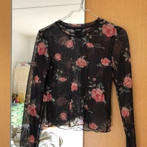 Blomstret mesh-bluse fra Monki, nypris ca. 130-150 kroner. Fremstår som ny. Er ikke-ryger og har ingen dyr.
