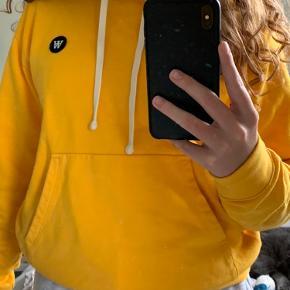 Gul Wood Wood hoodie Str small  Købt på boozt i foråret Røgfrit hjem 235 kr med fragt Byd gerne