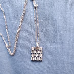 Pernille Lauridsen x SILFEN sapphire waves halskæde i sterling sølv med blå safirer.  Kædens længde kan indstilles i længde og kan måle mellem 40 og 44 cm.  Købt 21. august 2020. Smykkeæske medfølger. Nypris 750 kr.