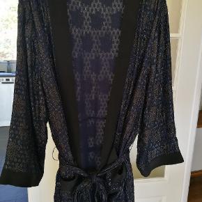 Super smuk kimono.  Stor i størrelsen!  Brugt få gange.  Nypris omkring 2200 kr.