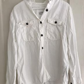 Fin simpel Zara Skjorte med sorte knapper.   OBS! Jeg sender ikke yderligere billeder af tøjet med det på (medmindre jeg har et billede liggende) Men man er altid velkommen til at prøve det inden man køber.    Sælges for 150 kr.