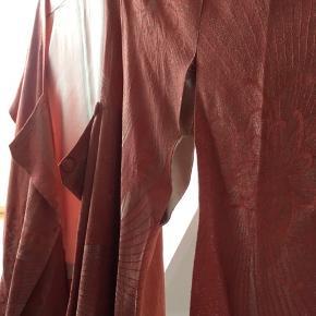 Japansk kimono i de smukkeste materialer. Desværre skal der sys nye trykknapperne i og så er den gået op i syningen enkelte steder.