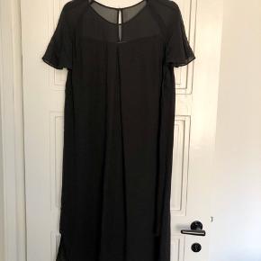 Fin kjole (Louana dress) - kun brugt få gange.  Længde ca. 100 cm.  Bytter ikke, men bud er velkomne.