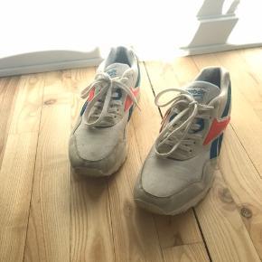 God sneak, brugt men i fin stand, en enkelt brun plet bagpå hæl, som muligvis kan fjernes med sneakersrens