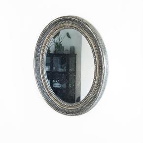 Meget smukt vintage spejl kan hænge på langs og vandret  størrelse:  Længde: 50 cm  Brede: 38,5 cm   pris: 250 kr   fragt: 50 kr   Ønsker helst det afhentes på mine forældres adresse i Søborg