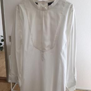 Super flot klassisk hvid skjorte fra by Malene Birger. Modellen hedder: Faraji.  Skjorten har følgende mål. Bryst: 124 cm Længde: 82 cm (målt fra skulder)  Sælges for 300 inkl. porto med DAO.  Mvh Nina