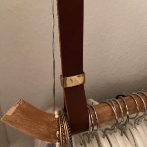 """Sælger mit tøjstativ til skråvæg, som jeg selv har lavet.  De to remme er lavet af brun læder og messing """"samlere"""". Stangen er træ og kan udskiftes, hvis man ønsker dette.  Der mangler to ringe til at hænge det op, da mine knækkede pga. alt for meget tøj på.  Har brugt omkring 7-800kr på det"""