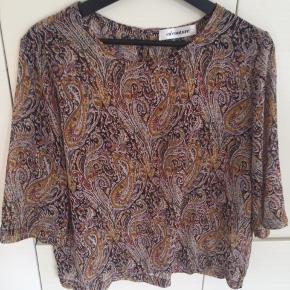 Skøn bluse fra Co´couture , kun brugt 2 gange Hænger i butikkerne nu . Har også nederdelen til salg som passer dertil på en anden annonce Nypris : 399 kr Mindstepris : 200 + porto ( DAO) Handler via Mobilepay