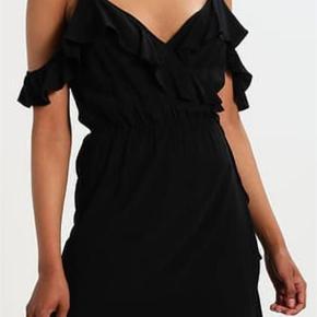 Varetype: slå om kjole Farve: støvet blå Oprindelig købspris: 1000 kr. Prisen angivet er inklusiv forsendelse.  Super smuk slå om kjole. Bytter ikke.