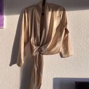 Smuk wrap-agtig bluse fra Kirsten Krogh Design sælges. Brugt få gange. Byd
