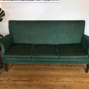 Smuk sofa fra 1950'erne. Købt af mine bedsteforældre i Juul-Jensens møbelforretning i Guldsmedegade i Aarhus. Har originalt betræk og dermed også lidt slid - se billede. Men overordnet set virkelig flot retro sofa med god siddekomfort.  Mål: Længde: 162 cm Højde: 83 cm Siddehøjde: 39 cm Sædedybde: 52 cm