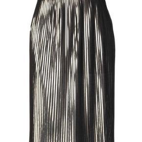 Flot nederdel, brug en gang, som ny. Slids i hver side. Str S