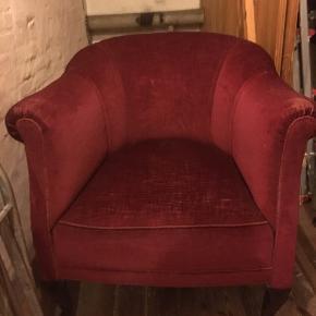 Sælger min flotte røde lænestol, da jeg skal flytte. Den har lidt slid på armlænene og måske en løs fjedder, men ellers står den smuk og rød😍. 77 cm på det bredeste stykke, 76,5 cm høj fra gulv til toppen af ryggen. Sidde bredde ca 42 cm...  Kom gerne med et bud 👍🏻