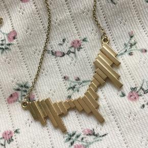 Guldfarvet halskæde fra Moss Copenhagen, brugt en håndfuld gange og er i god stand, men trænger nok til at blive pudset.  Sælger for 70 kr. plus fragt.