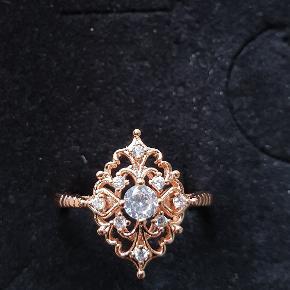 Smuk ring i roseguld og små sten. Helt ny. Str 50 Se flere under min profil. fragt 10kr