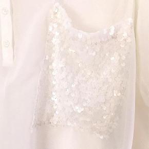 Varetype: bluse Størrelse: 44 Farve: Råhvid  Sød transperant tunica med paillet lomme, brugt 1 aften.  Betaling via MobilePay foretrækkes.  Ny pris, oprindelig pris er reduceret med 20%