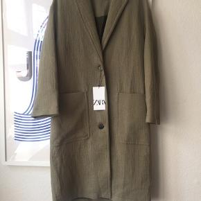 Super fin let sommerfrakke fra Zara i en khaki/olivengrøn. Nypris 799 kr. Se også mine andre annoncer 🍍