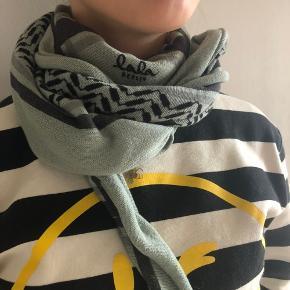 """Lala Berlin tørklæde i den """"normale størrelse"""" M i mega flot lyse blå / tyrkis farve. Det er brugt og har et par huller i den ene ende, men det kan ikke rigtig ses når man har det på."""