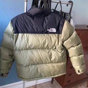 The north Face jakke.  Uden huller og næsten ikke brugt, derfor prisen.  Farven fås ikke mere. Utrolig velholdt og trænger ikke til rens.