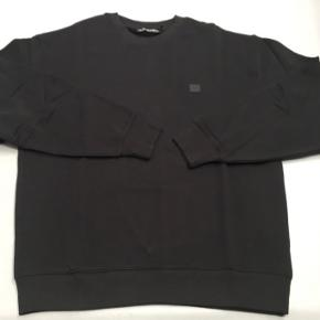 Hej. Jeg har denne fine Acne Studios fairview sweatshirt, som jeg har fået i en mystery box, sammen med en masse andet (evt. se mine andre annoncer)  Den er sprit ny og ALDRIG brugt!😊 Nypris er 1500,-  Byd gerne😊 Acne Studios er lidt stort i størrelsen, så den passet en small😊