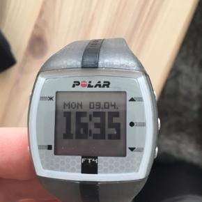 Varetype: Pulsur Størrelse: One size Farve: Grå  Polar ft4. Pulsur med bånd rundt i livet, som måler din puls helt præcist. Er god til træning i center eller på fitnesshold. Ca. 1 1/5 år gammelt men har ikke brugt det det sidste halve år. Oplader medfølger inkl. et ekstra batteri til en værdig af 50kr. Handler over mobilepay
