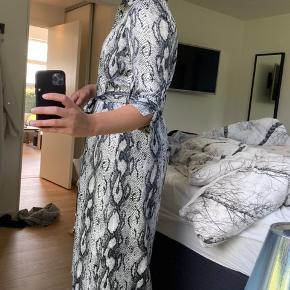 - Mangler knap i midten af kjolen - Bælte medfølger  - Mp 100 🤍🤍 Skriv endelig hvis jeg skal sende flere billeder