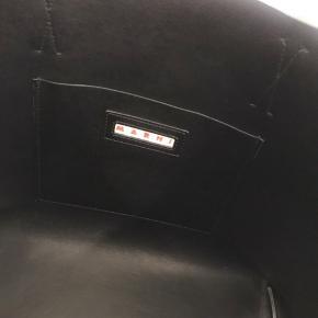 Limited edition  Marni shopper i sort læder, tekstil Den har brug spor, men vild praktisk og tåler regn