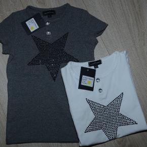 Hvid/grå kortærmet med stjerner til piger Hvid --> Str. 2-3 år, 4-5 år, 8-9 år og 10-11 år. PRIS= 100 kr.  Grå --> Str. 2-3 år, 4-5 år og 6-7 år PRIS= 100 kr.