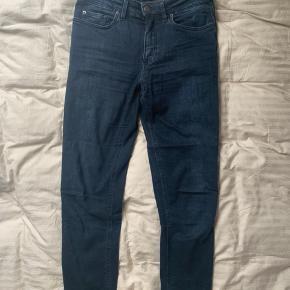 Helt klassiske Acne jeans i mørkeblå. De er lav taljet, hvorfor jeg sælger dem, da jeg ikke bryder mig om dette.  De er max brugt 3 gange, derfor heller ingen slid. 💙💙💙💙  📏Str. 27/34 - jeg er 175 høj og de passer mig fint i længden.  📦 Handler genne Trendsales, derfor skal du være viden om, at der skal lægges 37kr. For fragt oveni salgsprisen.