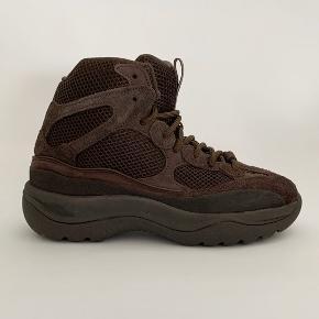 Yeezy Desert Boot Season 7 Oil  Super lækker sko der aldrig er blevet brugt, da den ikke kunne passes.  Str: 43 2/3 Condition: 10/10 OG: Boks Mindstepris: BYD Bin: BYD  IG: danish.Archives
