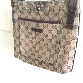 Fin vintage Gucci taske sælges...   Den er fra engang i 90'erne, og helt original..    Bære dog tydeligt præg, at være brugt.. (se billederne, og bedøm selv..)   Sælges derfor også pænt billigt!    Tasken er naturligvis ægte, så spar mig venligst for ligegyldig bedrevidende, og lign..    SE OGSÅ ALLE MINE ANDRE ANNONCER.. :D