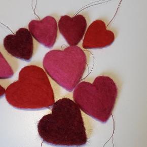 Håndfiltede hjerter til en evt troldgren. Kan laves i de fleste farvenuancer. 4 store ca 5 cm og 6 små ca 4 cm.