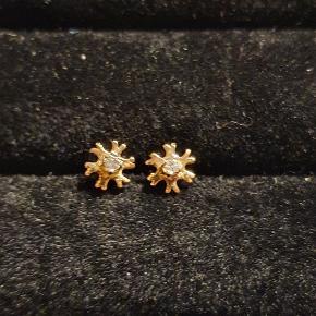 Smykker 14 karat guld øreringe (585), med lille diamant
