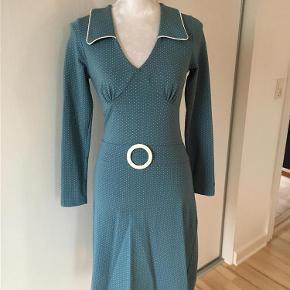 Brand: Mademosielle YeYe Varetype: Smuk retro kjole fra Mademosielle YeYe Farve: blå  Smuk langærmet retro kjole fra Mademosielle YeYe, brugt én gang.