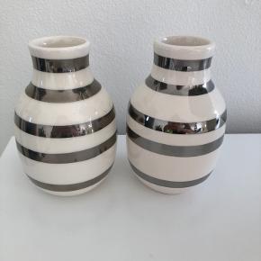 To omaggio vaser fra kähler med sølv striber  (12,5 cm) - kun stået til pynt. 100 kr. for begge to.