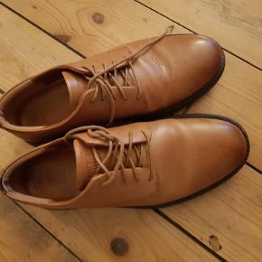 Lækre lyse lædersko med god sål, der er meget behagelig at gå på. Brugt 2- 3 gange, da str. ikke passede. Har dog lille afsmitning af farve indvendigt fra et par mørke sokker (se foto). Ellers er de som nye.  Nypris: 1100,-