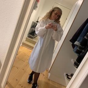 Fed oversize skjorte fra H&M, med pufærmer. Skjorten er lidt stor i størrelsen - også derfor jeg desværre sælger den. Den er kun prøvet på, men mærket er pillet af :-D