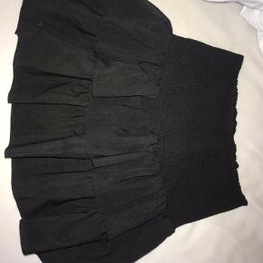 Den traditionelle nederdel fra neo noir Str l, men passer fra m og op efter, da der er meget strech i