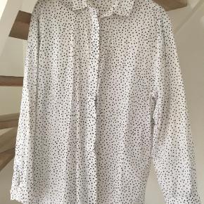 Varetype: Skjorte Farve: Hvid Oprindelig købspris: 600 kr.  Lækker og let skjorte med faded sorte prikker - oversize i modellen. Brugt men fejler intet.