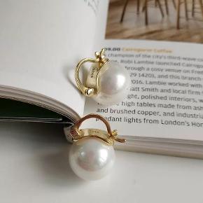 Guldbelagt sølvørreringe med ægte perle