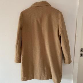 Rigtig fin overgangs jakke, den er en str. 42, men er petite model så den passer en medium - large.