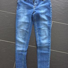 2nd One jeans i mørkeblå. Aldrig brugt. Mærket er dog klippet af. Str. 26 svarende til xs/s. Rigtig blød kvalitet og passer til alle outfit.